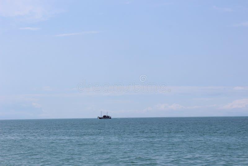 Peu de bateau en mer images stock