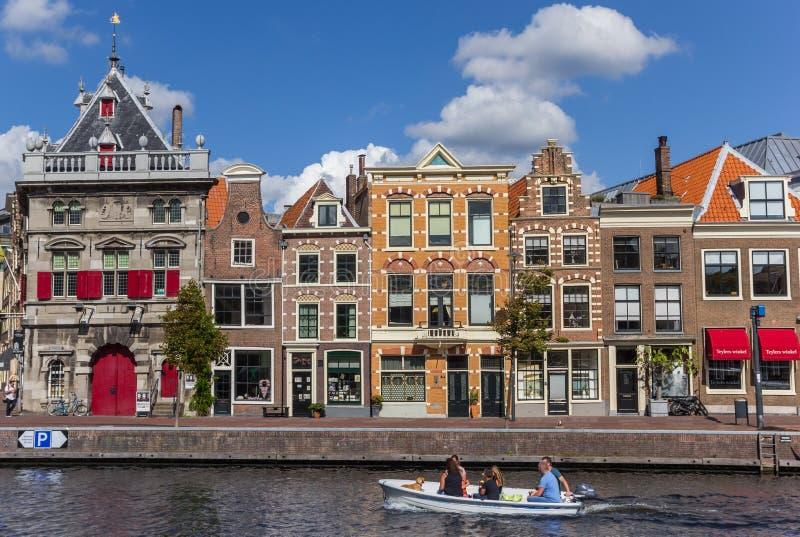 Peu de bateau et maisons colorées à Haarlem image libre de droits