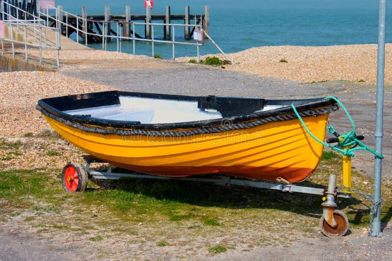 Peu de bateau jaune image libre de droits