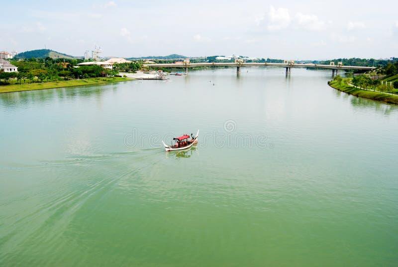 Peu de bateau sur le lac large photographie stock