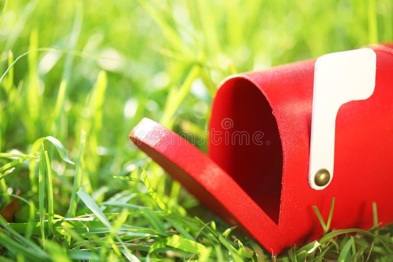Peu de boîte aux lettres rouge photos stock