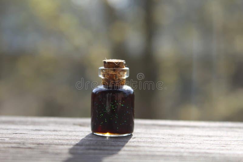 Peu de bouteille avec du liège photographie stock