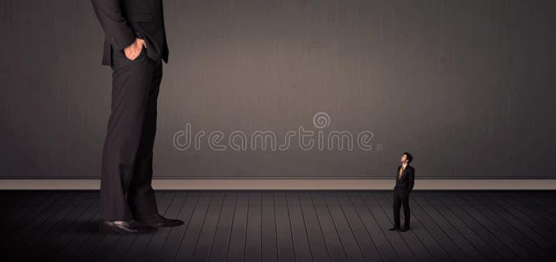 Peu de bussinesman devant un concept de jambes de patron de géant illustration stock