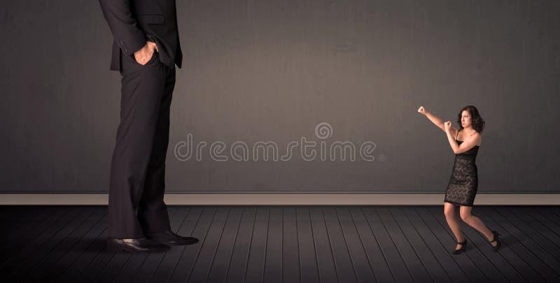 Peu de bussineswoman devant un concept de jambes de patron de géant illustration stock