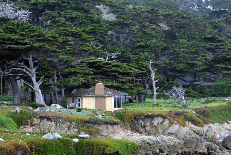 Peu de cabine dans les bois photographie stock libre de droits
