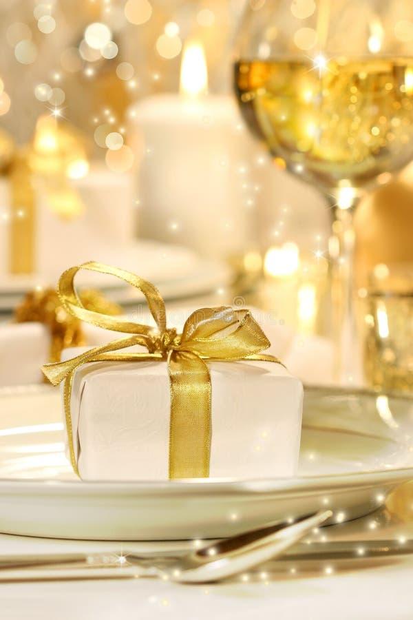 Peu de cadeau ribboned par or photographie stock