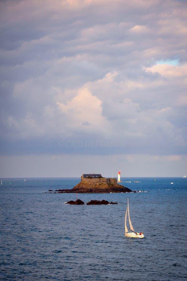 Peu de Chambre sur peu d'île dans la Bretagne photo libre de droits