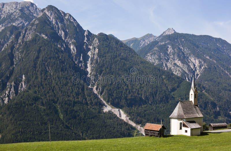 Peu de chapelle dans le village de montagne Penzendorf image libre de droits