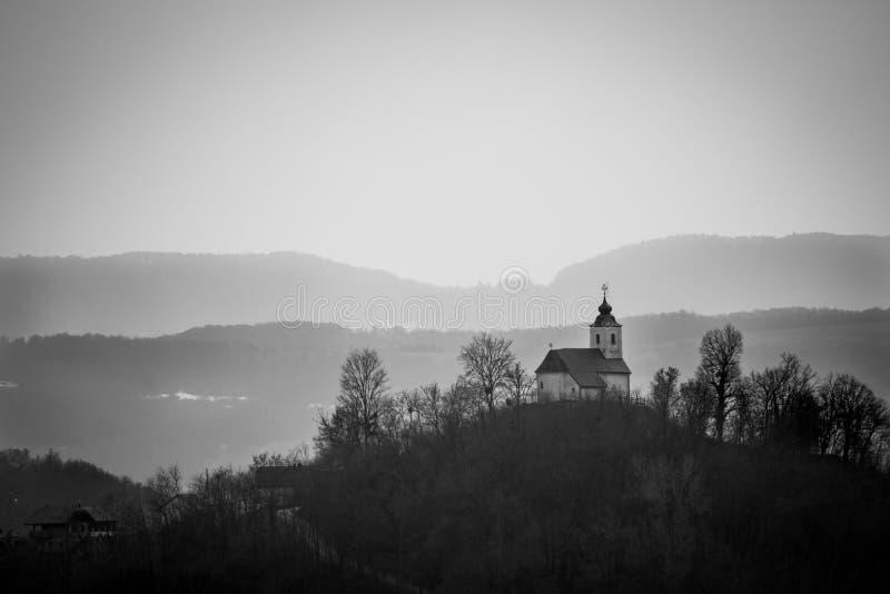 Peu de chapelle sur le sommet B&W images libres de droits