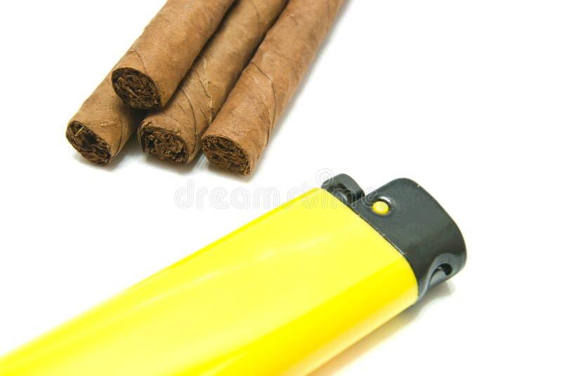 Peu de cigares et d'allumeur jaune photographie stock