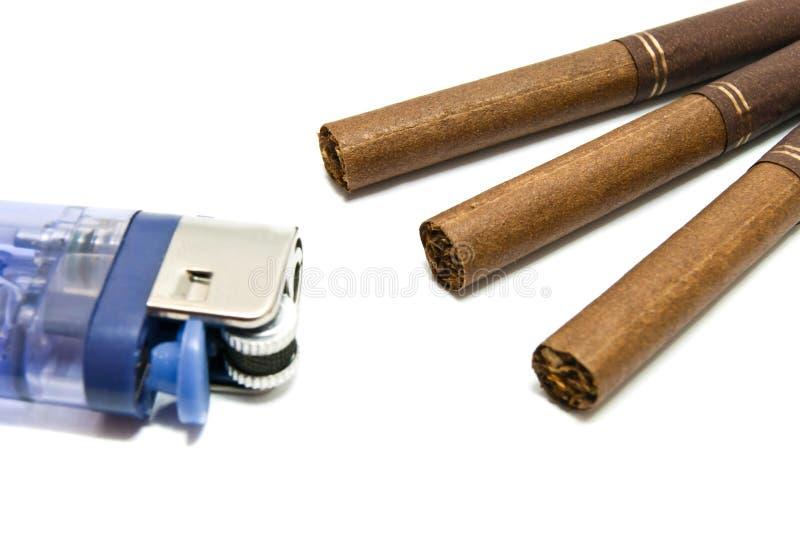 Peu de cigarettes et d'allumeur en plastique image stock