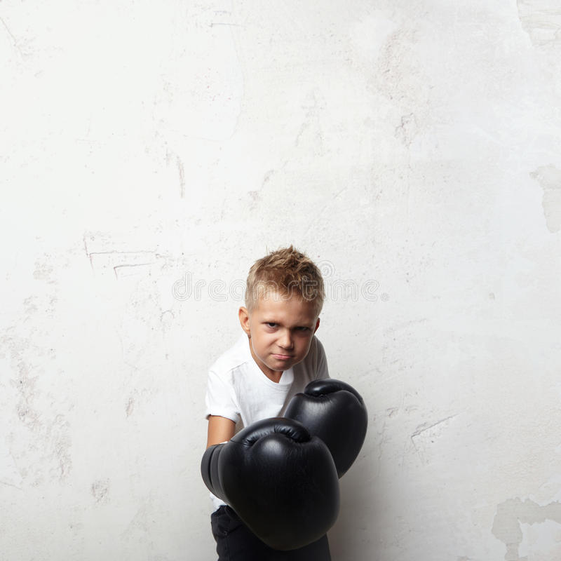 Peu de combattant se tenant dans des gants de boxe et préparent photos stock