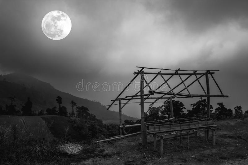 Peu de crêtes en bambou de hutte et de montagne Silhouettes des arbres avec photo stock