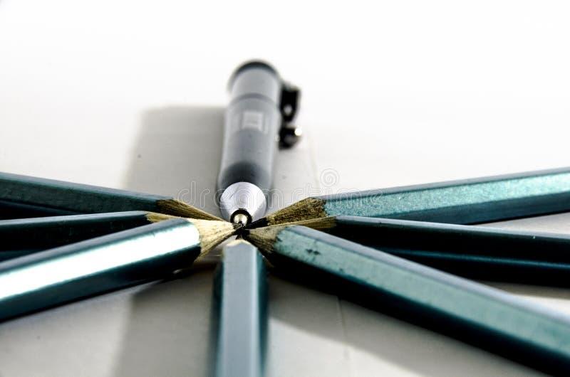 Peu de crayons se sont étendus dans un rond avec le stylo de boule images stock