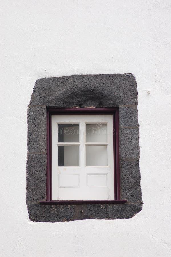 Peu de fenêtre pourpre photo libre de droits