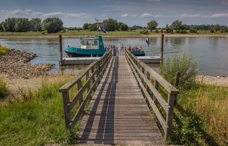 Peu de ferry prêt à traverser la rivière IJssel près de Deventer photographie stock