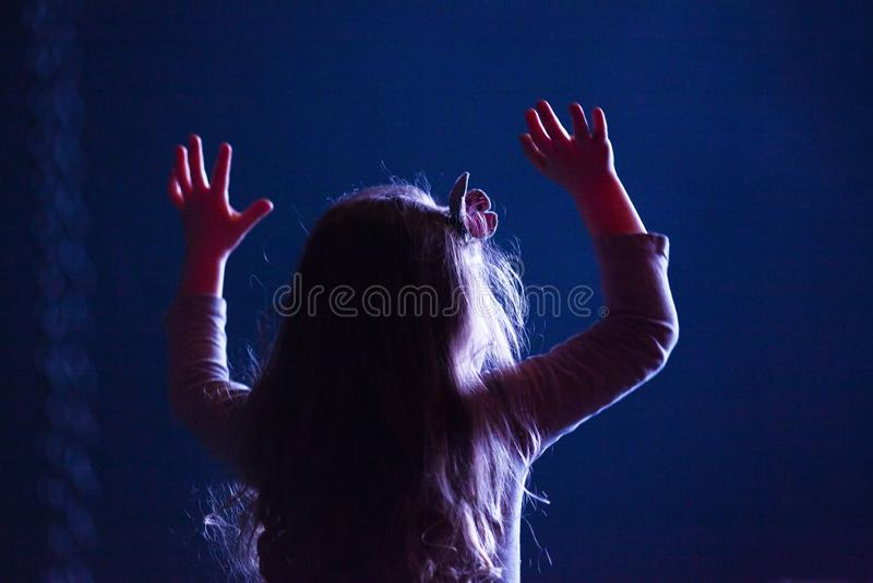 peu de fille avec des mains vers le haut d'apprécier le concert - festival de musique d'été photographie stock libre de droits