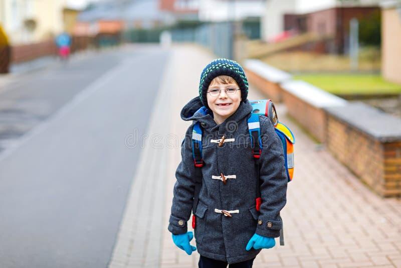Peu de garçon d'enfant avec des verres d'oeil marchant de l'école images libres de droits