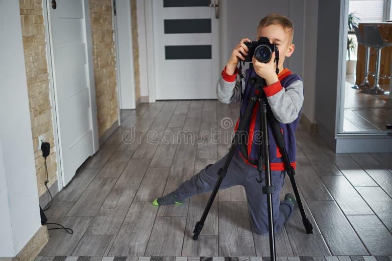 Peu de garçon prend une photo photos libres de droits