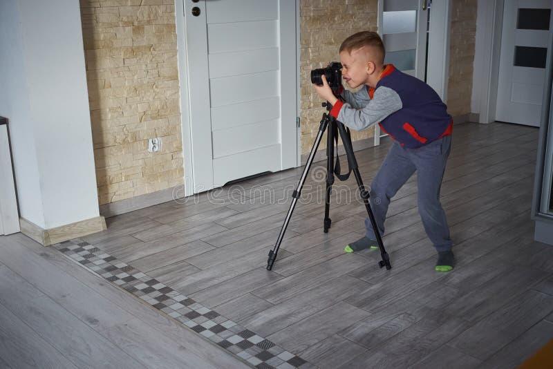Peu de garçon prend une photo photo libre de droits