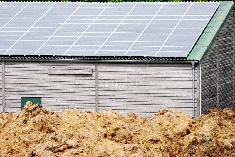 Peu de grange avec les piles solaires image stock