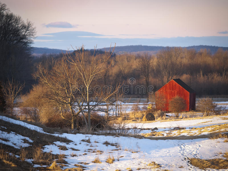 Peu de grange rouge en hiver images libres de droits
