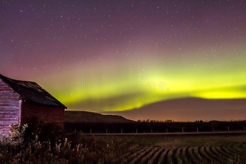 Peu de grange rouge et lumières du nord images libres de droits