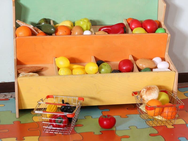 Peu de kiosque des fruits en plastique dans l'école photos stock