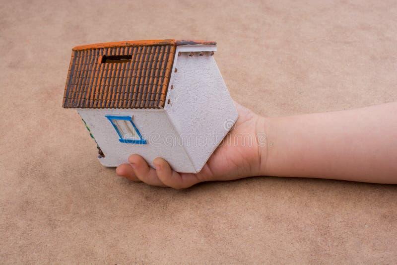 Download Peu De Main Et Une Maison Modèle Photo stock - Image du maisons, main: 87706586