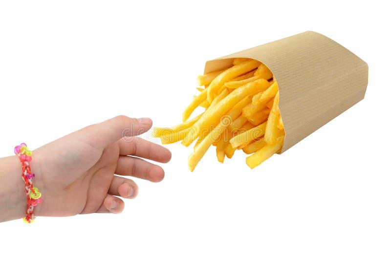 Peu de main prenant des pommes frites d'isolement sur le blanc photos stock