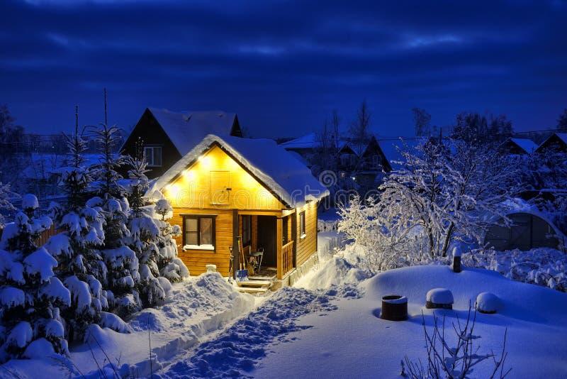 Peu de maison-Banya en bois russe après la tempête de neige au crépuscule photographie stock