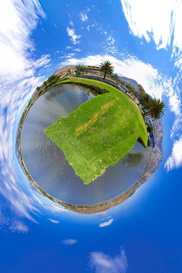 Peu de panorama de planète d'un lac photos stock