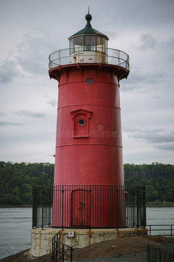 Peu de phare rouge sous Washington Bridge le jour obscurci photographie stock