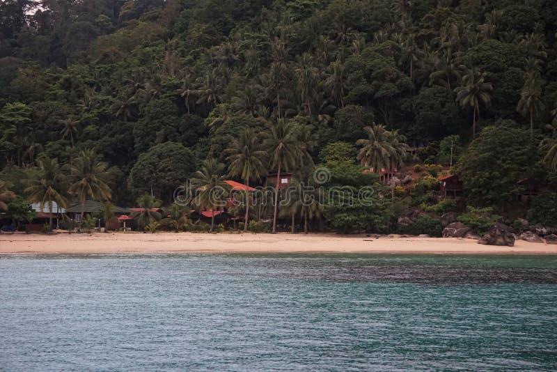 Peu de plage de baie en île malaisienne photographie stock libre de droits