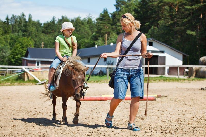 Peu de poney d'équitation images stock