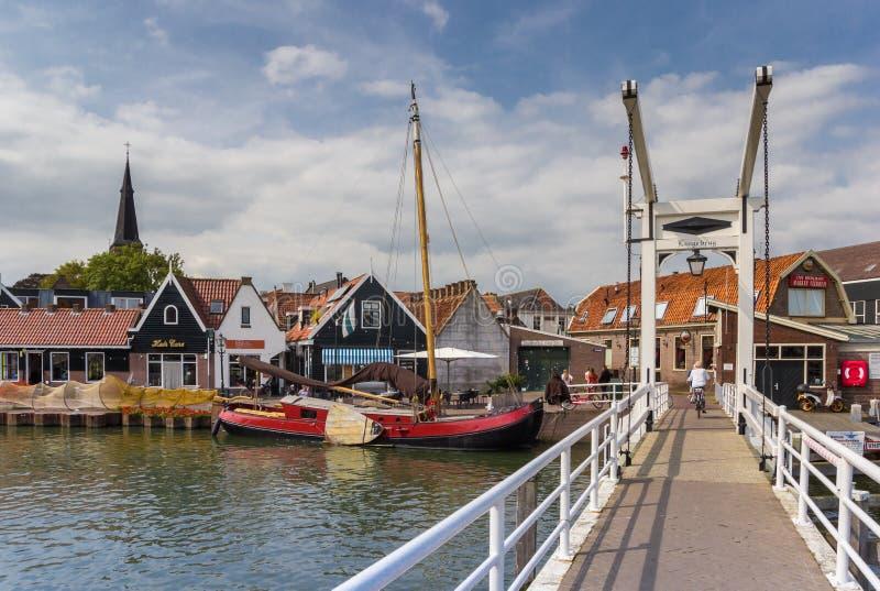 Peu de pont blanc au-dessus d'un canal dans Monnickendam images libres de droits