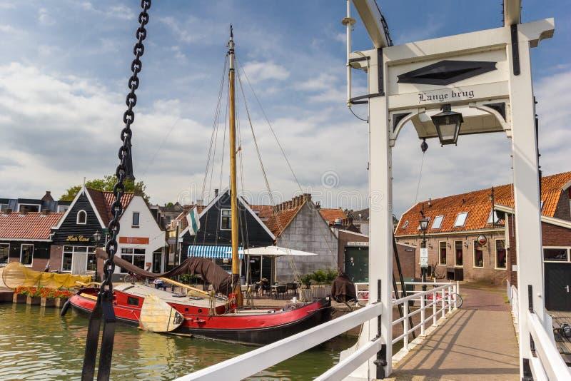 Peu de pont blanc au-dessus d'un canal dans Monnickendam photographie stock