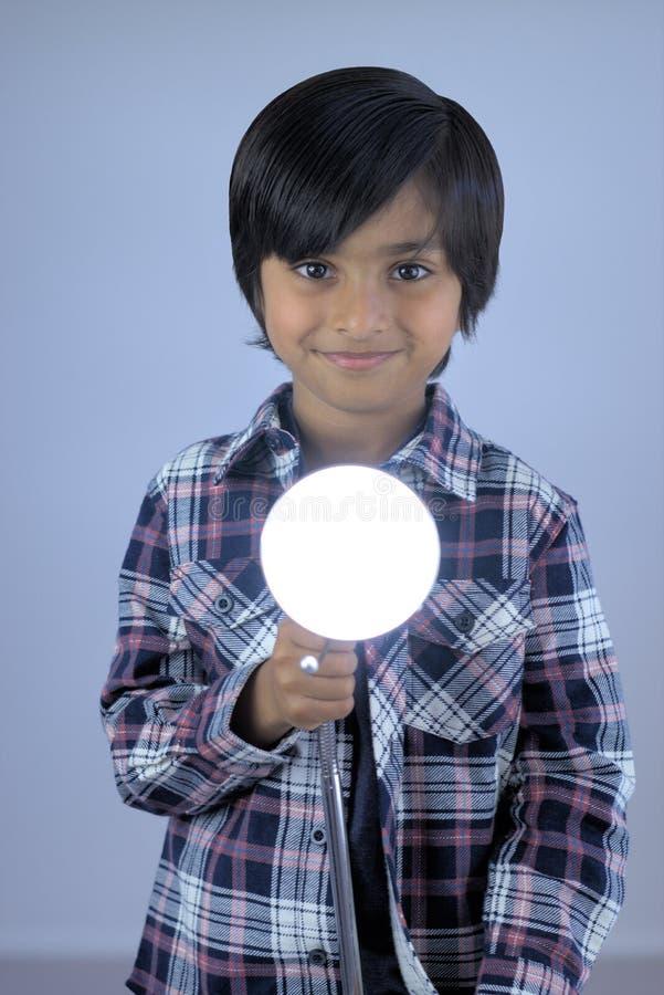 Peu de portrait d'enfant tenant la lumière de lampe image stock
