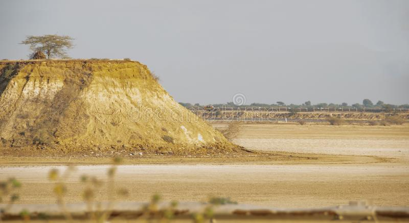 Peu de Rann de Kutch Inde, des deux côtés de la route photographie stock libre de droits