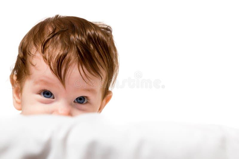 Peu de regard d'enfant et sourire images libres de droits