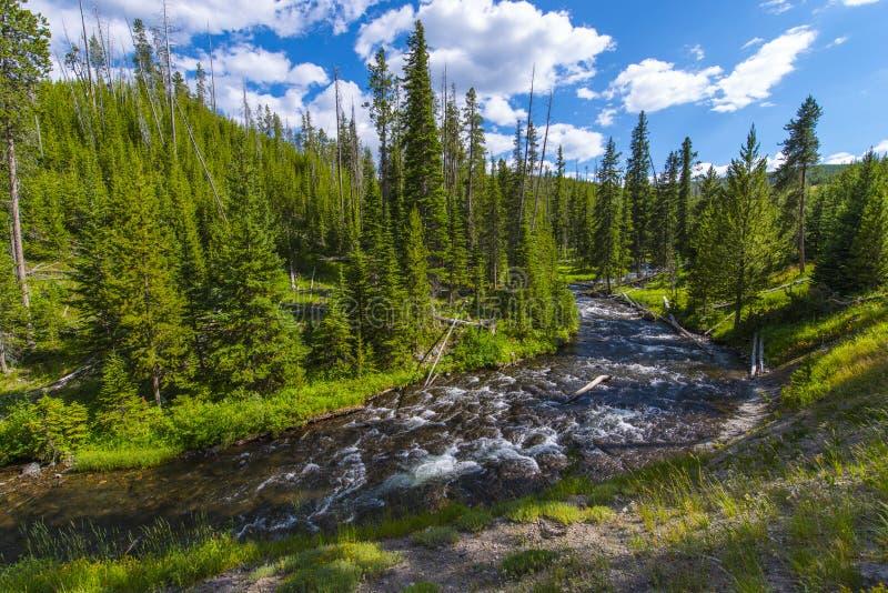 Peu de rivière de Firehole près des automnes mystiques image libre de droits
