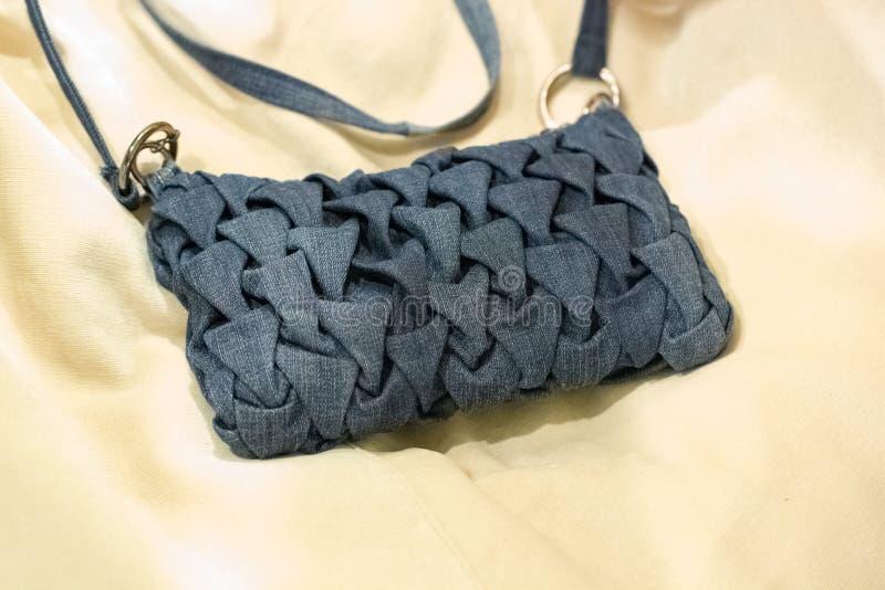 Peu de sac à main bleu pour la femme photographie stock