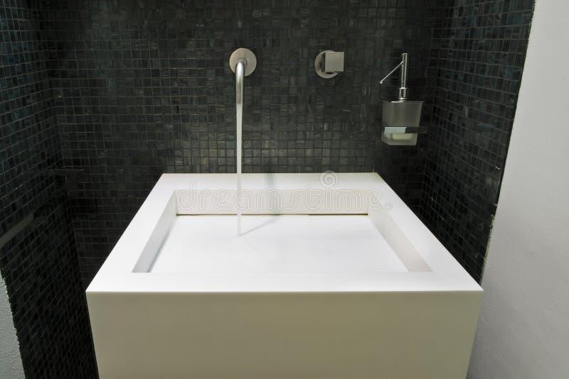 Peu de salle de bains moderne photographie stock libre de droits