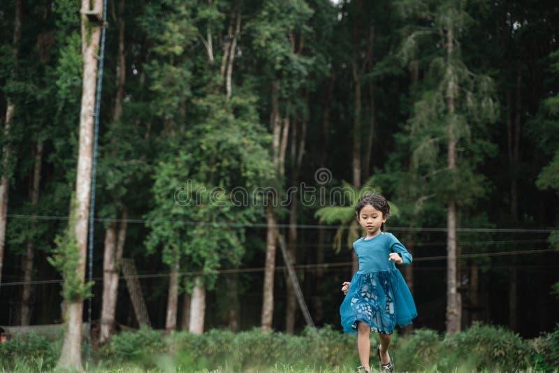 Peu de seule fille courant photographie stock libre de droits