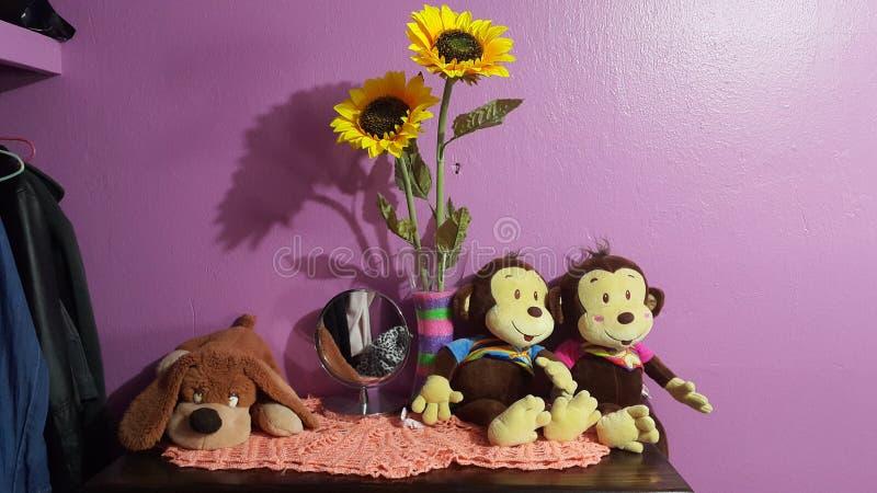 Peu de singes de nounours et son chien sur un arbre photos libres de droits