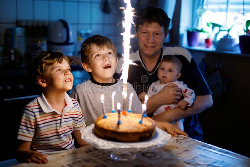 Peu de soeur de garçon et de famille, de père, de frère et de bébé d'enfant célébrant l'anniversaire photographie stock libre de droits