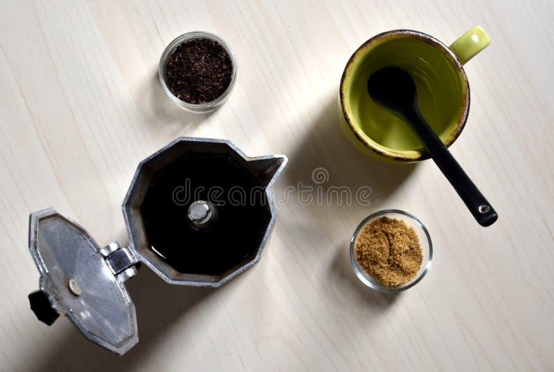 Peu de tasse et cuillère noire avec du sucre et le moka image stock