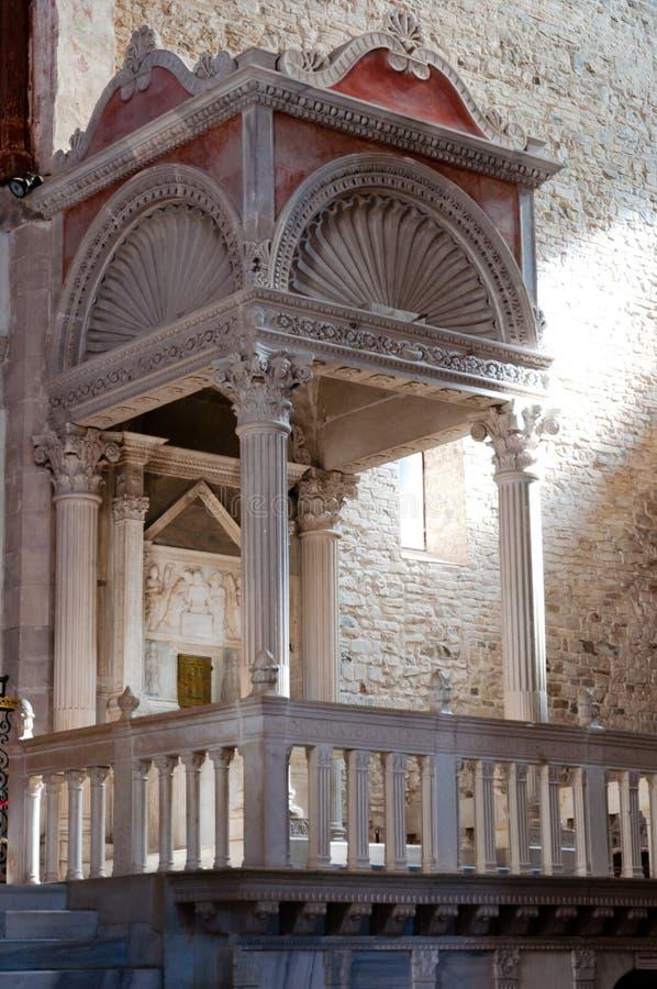 Peu de tombeau à l'intérieur de basilicxa di Aquileia photos stock