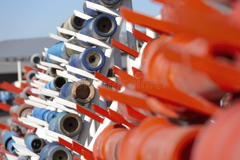Peu de tuyau et de perceuse utilisé dans l'industrie pétrolière  images stock