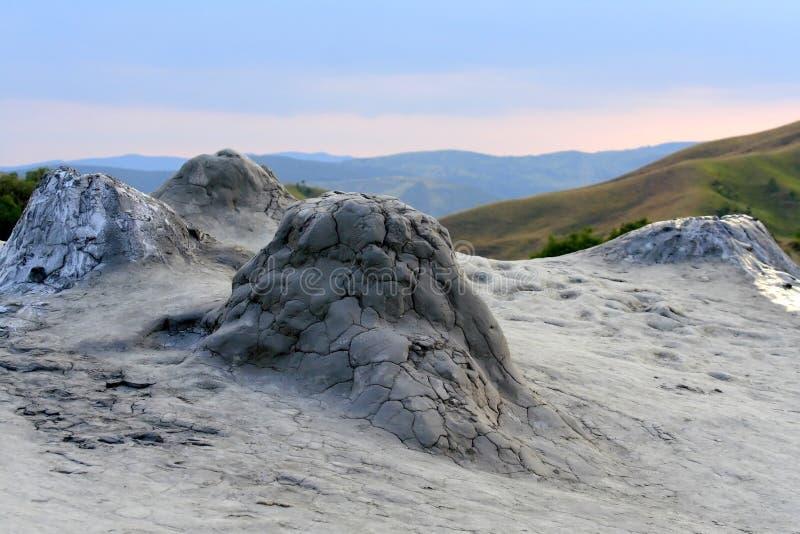 Peu de volcans de boue photographie stock